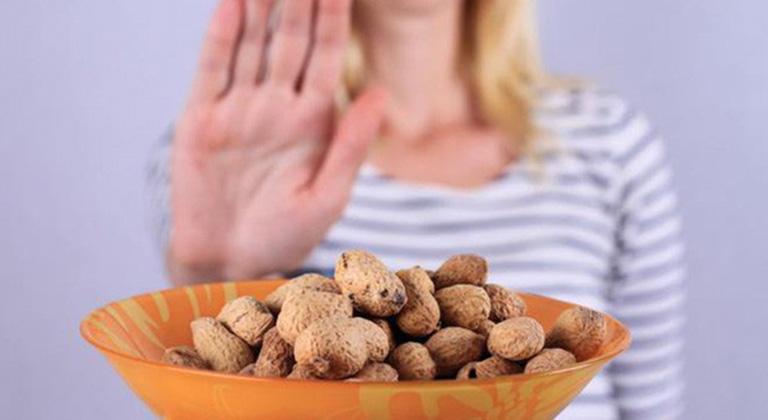 Nên hạn chế sử dụng các loại thực phẩm dễ gây dị ứng để phòng tránh nổi mề đay mẩn ngứa