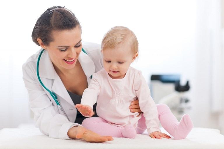 Đưa bé đến gặp bác sĩ chuyên khoa tiến hành thăm khám để được phác đồ điều trị phù hợp