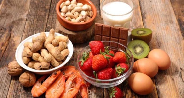 Trẻ kích ứng với các histamine bên trong sữa mẹ khi mẹ sử dụng các thực phẩm dễ gây dị ứng