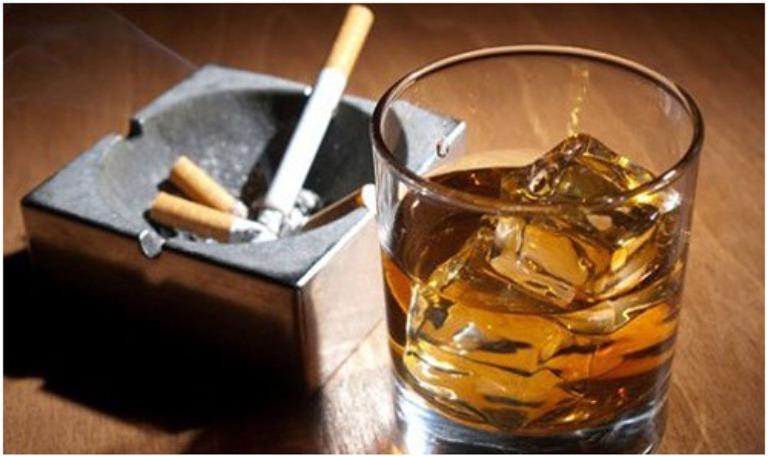Khi bị viêm da cơ địa người bệnh phải tuyệt đối tránh xa rượu bia và chất kích thích