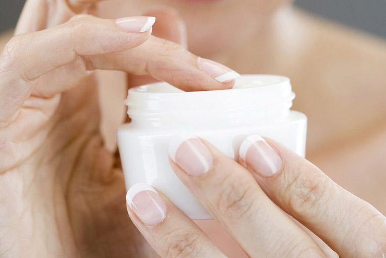 Sử dụng thuốc Tây y để đẩy lùi các triệu chứng do bệnh viêm da tiết bã nhờn gây ra