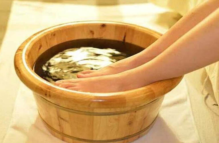 Cách dùng nước hành hoa ngâm rửa điều trị bệnh á sừng