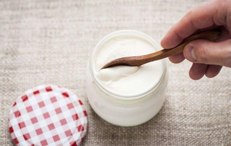 Kết hợp lá ổi với sữa chua để tăng hiệu quả tái tạo da trong điều trị viêm da cơ địa.