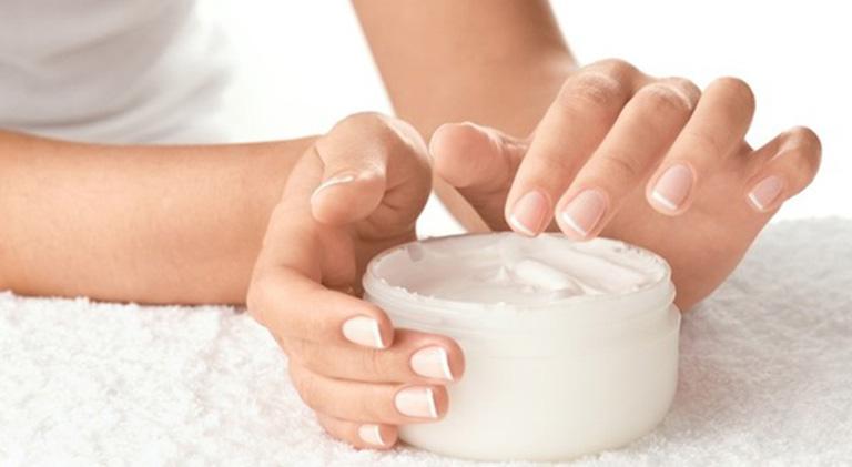 Nên bôi kem dưỡng ẩm vào mùa đông và sau khi tắm để ngăn ngừa tình trạng da khô