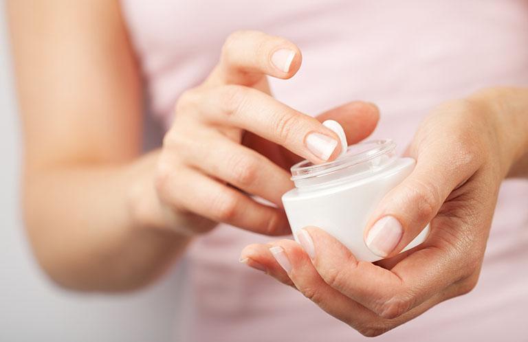 Sử dụng kem bôi để điều trị vảy nến ở mặt trong những trường hợp bệnh nhẹ