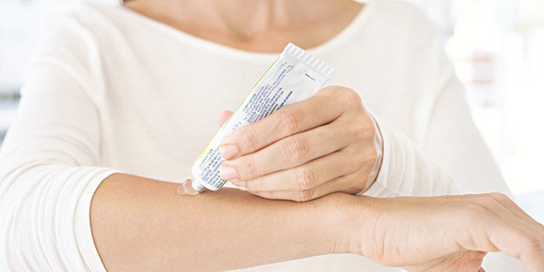 Dùng thuốc bôi chứa corticosteroide giúp đẩy lùi các triệu chứng do bệnh gây ra