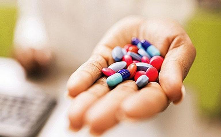 Sử dụng thuốc Tây chữa mề đay theo hướng dẫn của bác sĩ chuyên khoa