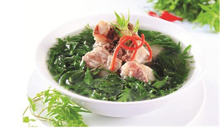 Dùng đinh lăng chế biến thành món ăn sử dụng hàng ngày để điều trị mề đay