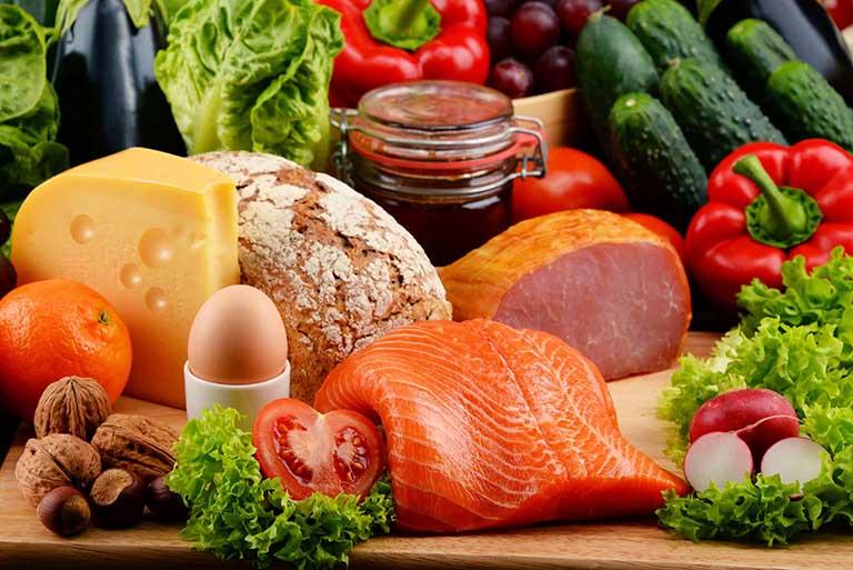 Thay đổ chế độ ăn uống kiểm soát tình trạng mọc mụn nước ở chân và ngứa