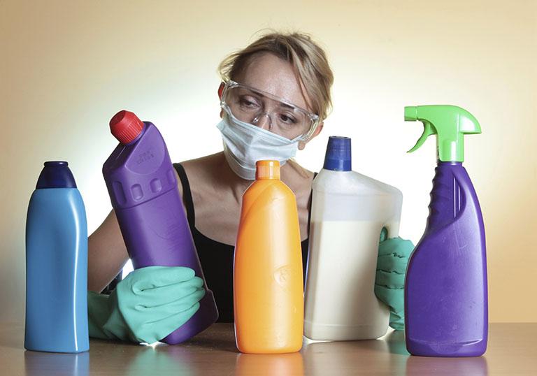 Đeo bao tay giúp bảo vệ da khi phải tiếp xúc với chất tẩy rửa