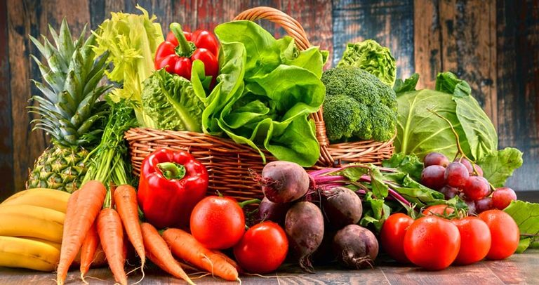 Người bệnh viêm da cơ địa cần chú ý bổ sung đa dạng các loại rau củ quả tươi để những tổn thương trên da nhanh chóng được hồi phục.