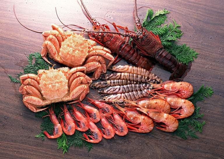 Tôm và cua là hai thực phẩm dễ gây dị ứng. Do đó, nếu muốn phòng bệnh tổ đỉa tái phát, người bệnh nên kiêng ăn hai thực phẩm này.