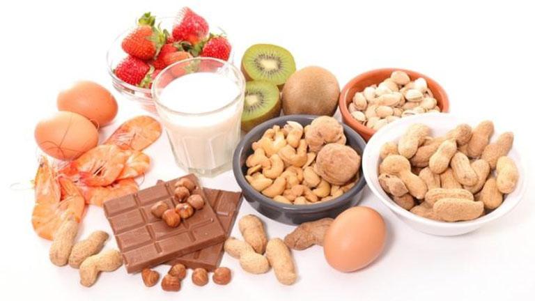 Nổi mề đay vào ban đêm có thể xảy ra do bạn ăn các loại thực phẩm dễ gây dị ứng trong bữa tối