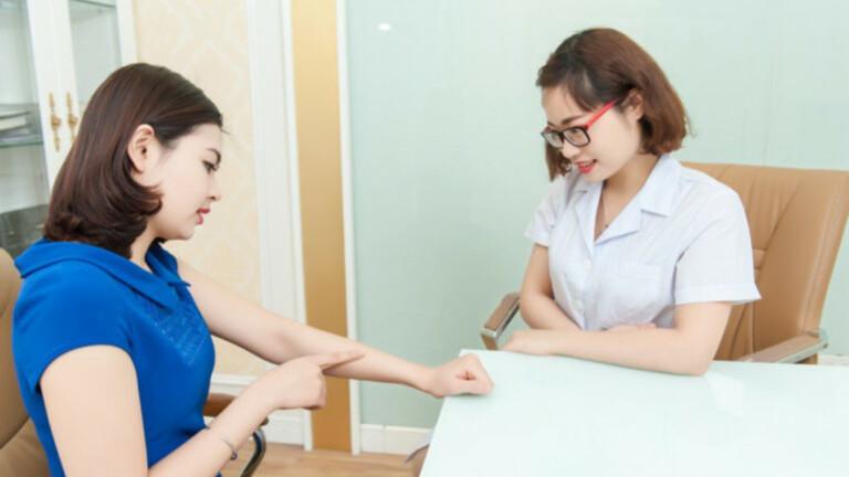 Khi mề đay kéo dài hơn 2 ngày không khỏi hoặc xuất hiện kèm các dấu hiệu khác, người bệnh cần nhanh chóng liên hệ với bác sĩ.