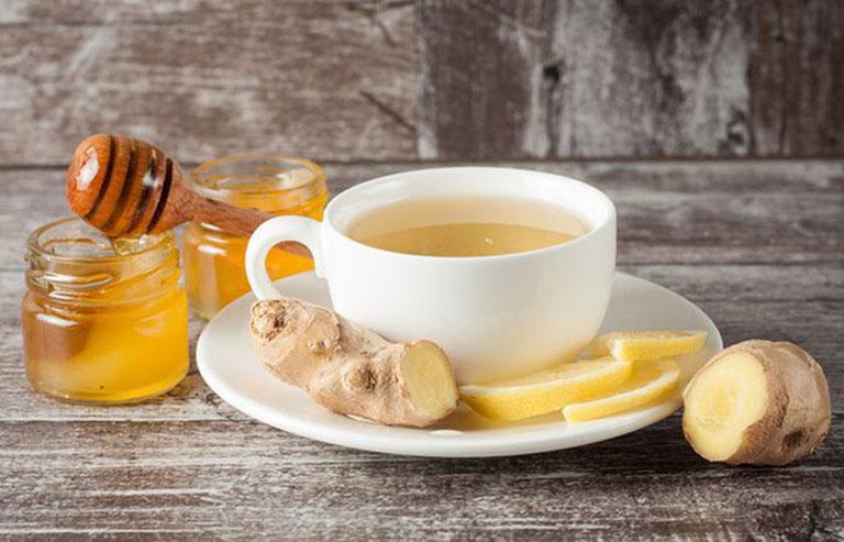Uống nước gừng mật ong nóng để đẩy lùi tình trạng nổi mề đay vào ban đêm