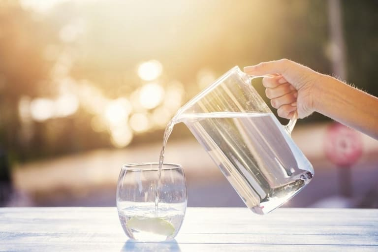 Uống đủ nước giúp da hạn chế được các tổn thương do viêm da cơ địa gây ra.