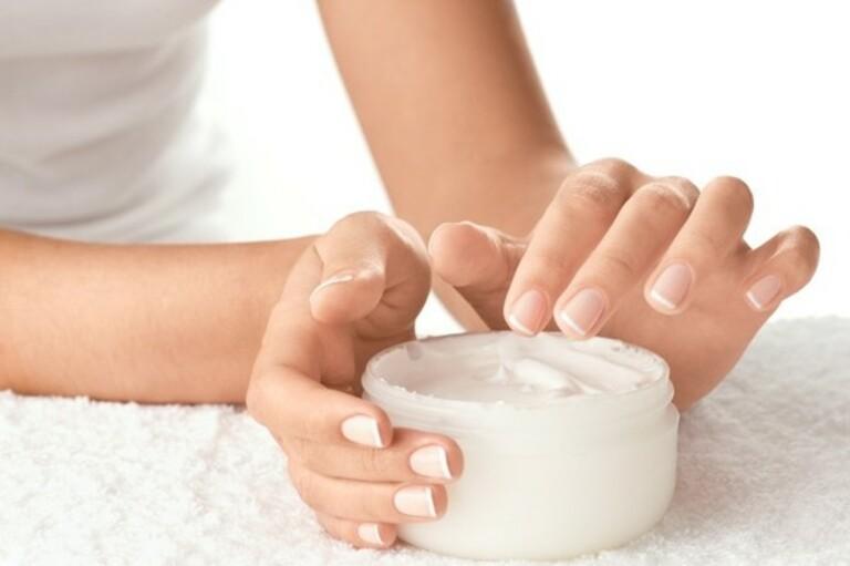 Cấp ẩm cho da hằng ngày là điều vô cùng quan trọng trong việc nâng cao hiệu quả điều trị á sừng và phòng tái phát bệnh.