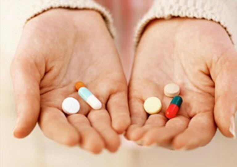 Dùng thuốc tân dược là một trong những giải pháp thường dùng để kiểm soát triệu chứng bệnh á sừng. Tuy nhiên, nếu dùng không đúng cách, bệnh có thể không thuyên giảm, thậm chí còn chuyển biến nặng hơn.