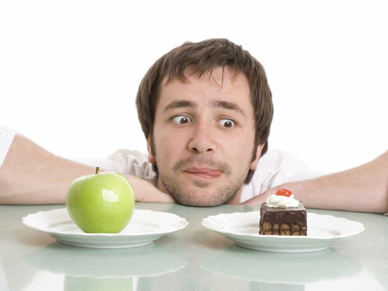 Kiêng ăn bánh ngọt khi bị hắc lào để hạn chế vết thương bị viêm nhiễm.