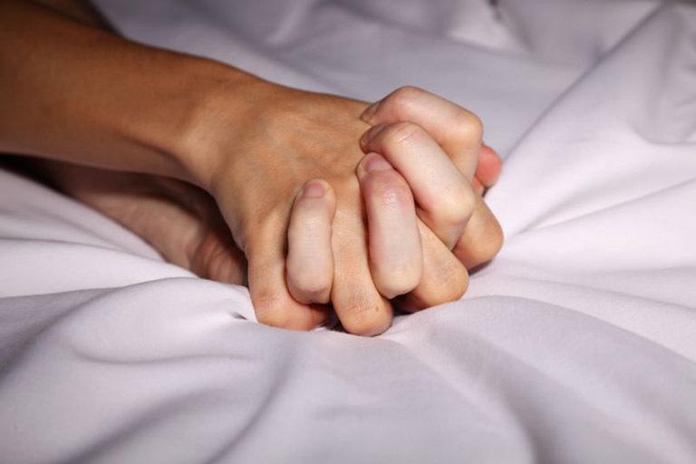 Bị hắc lào cần kiêng quan hệ tình dục. Mục đích không chỉ là hạn chế lây lan mà còn giúp bệnh nhanh khỏi.