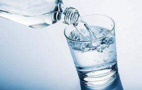 Bị thận yếu có nên uống nhiều nước không?