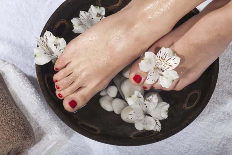 Ngâm chân giúp cải thiện biểu hiện thận yếu chân tay lạnh