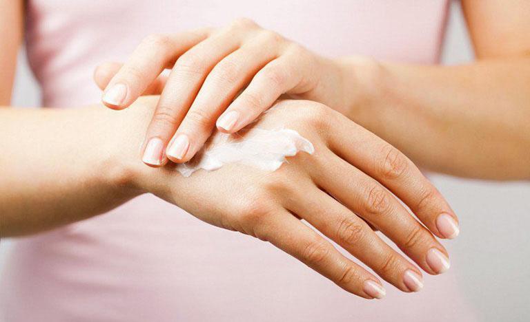 Sử dụng một lượng vừa đủ thuốc Tomax genta trị hắc lào trên da