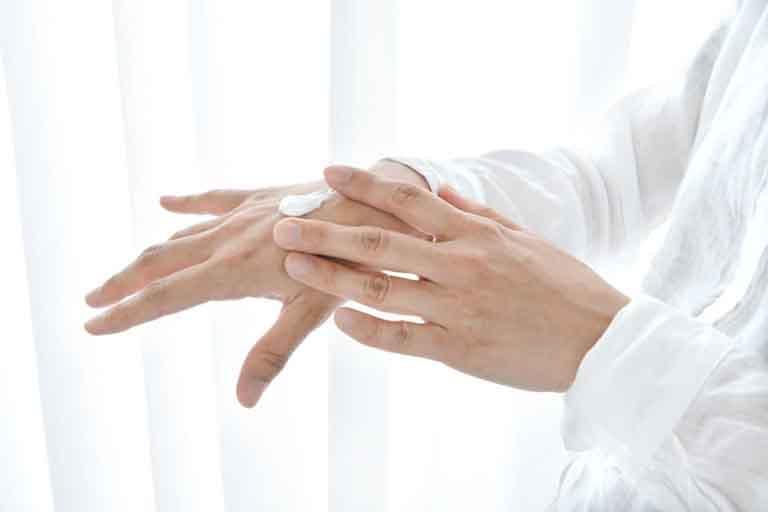 Thoa một lớp kem mỏng lên vùng da bị lang ben