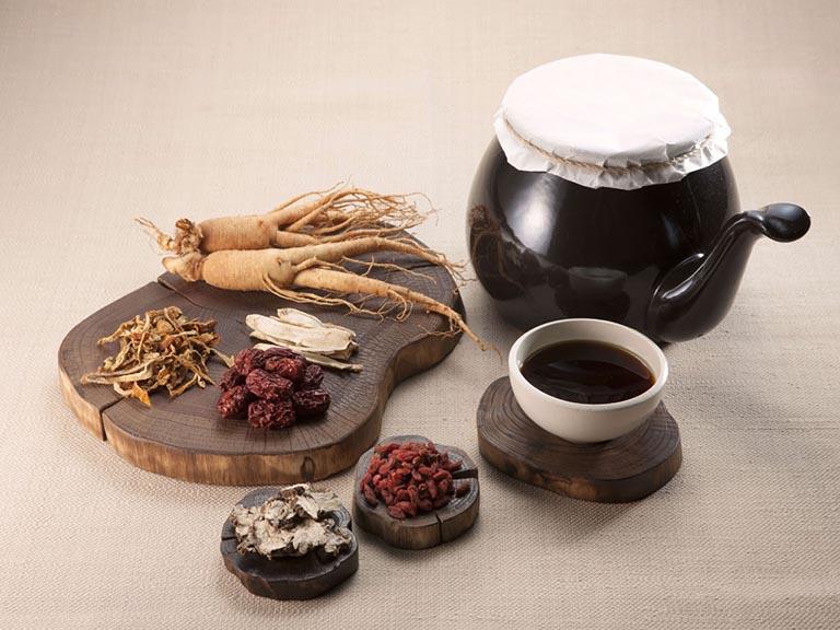 Điều trị bằng Đông y là dùng các thảo dược có đặc tính chữa bệnh