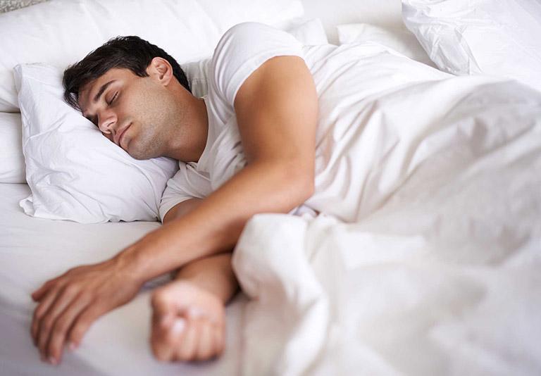 Nâng cao đầu và nghiêng về bên trái giúp ngăn chặn trào ngược axit dịch vị khi ngủ hiệu quả