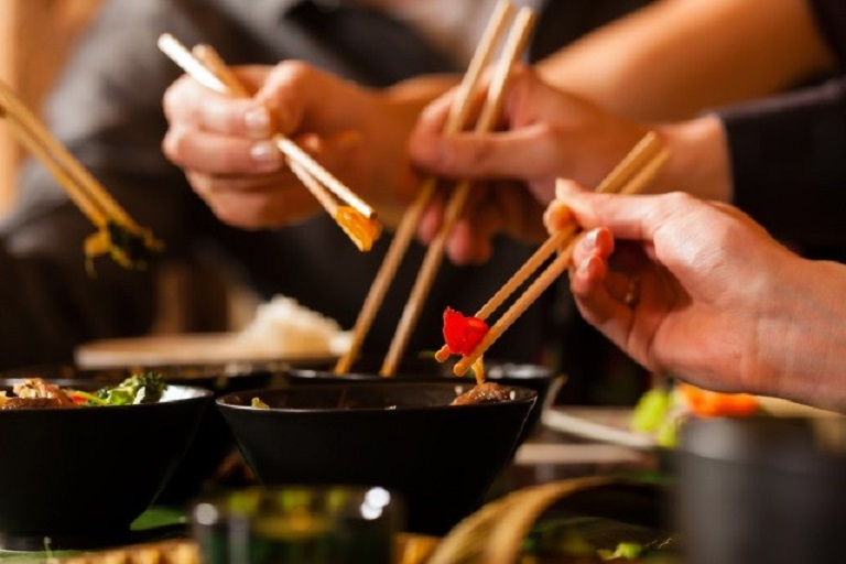 Không dùng chung bát đũa khi ăn để tránh lây nhiễm