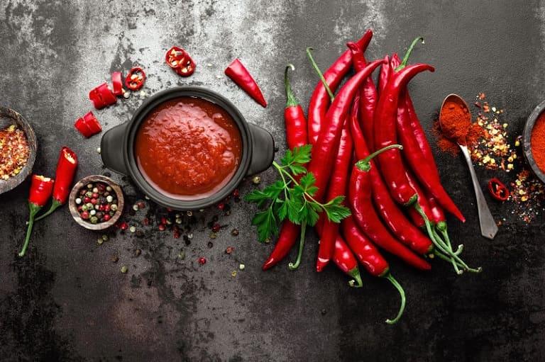 Khi đau thượng vị, nên tuyệt đối tránh nhóm đồ ăn cay nóng để bảo vệ niêm mạc dạ dày
