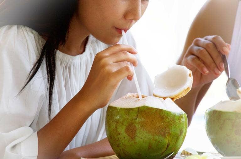 Người bị đau dạ dày nên uống nước dừa