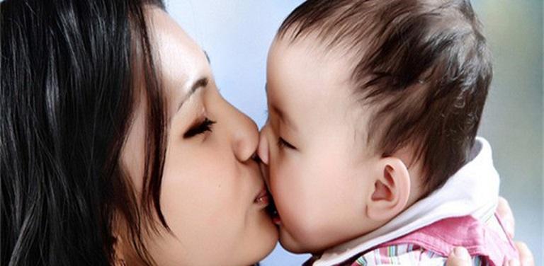 Tuyệt đối không được hôn môi trẻ để tránh lây vi khuẩn cho bé
