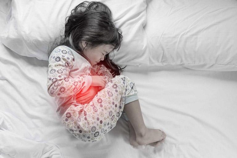 Trẻ bị đau vùng bụng trên theo từng cơn là triệu chứng nhiễm khuẩn HP
