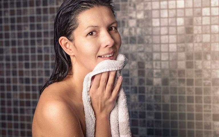 Chú ý lau khô người sau khi tắm để hạn chế sự phát triển của vi nấm gây bệnh