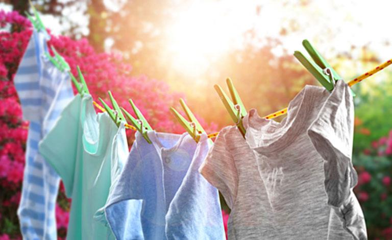 Quần áo sau khi giặt nên phơi dưới trời nắng to để tiêu diệt các vi nấm gây hại
