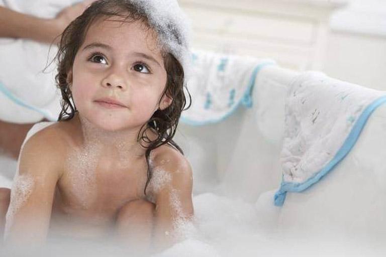 Mẹ nên thường xuyên tắm rửa cho trẻ để loại bỏ tác nhân gây hại và phòng ngừa bệnh