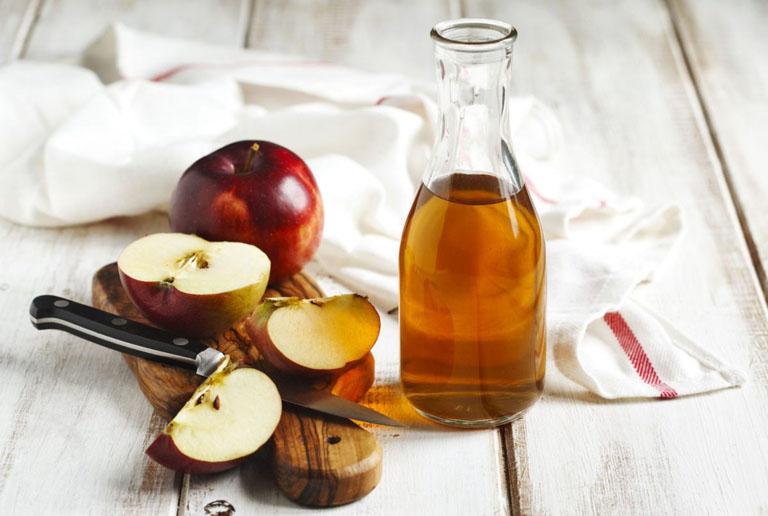 Dùng giấm táo thoa lên vùng da bị lác đồng tiền mỗi ngày giúp cải thiện triệu chứng của bệnh