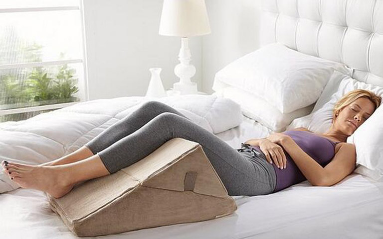 Đặt người bị xuất huyết dạ dày nằm trên giường và để chân cao hơn người để giảm xuất huyết