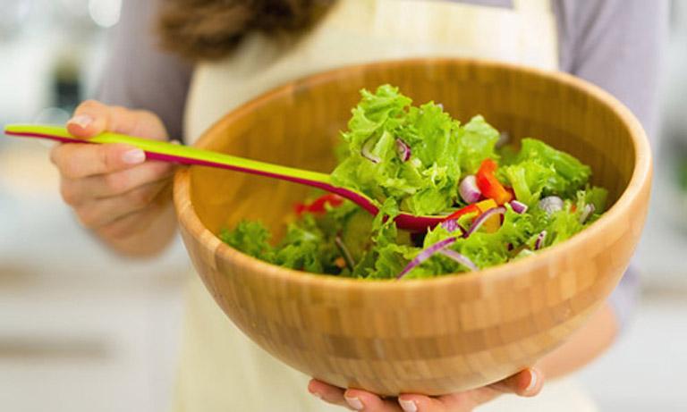 Tăng cường sức đề kháng cơ thể bằng cách ăn nhiều rau xanh và trái cây tươi