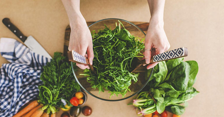 Ăn nhiều rau xanh để bổ sung vitamin và khoáng chất cho cơ thể, giúp nâng cao sức đề kháng.