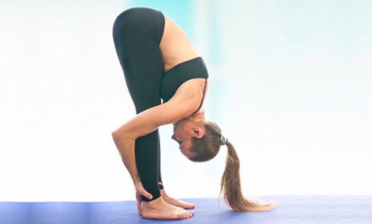 Đẩy lùi cơn đau dạ dày nhanh chóng bằng bài tập cúi gập người