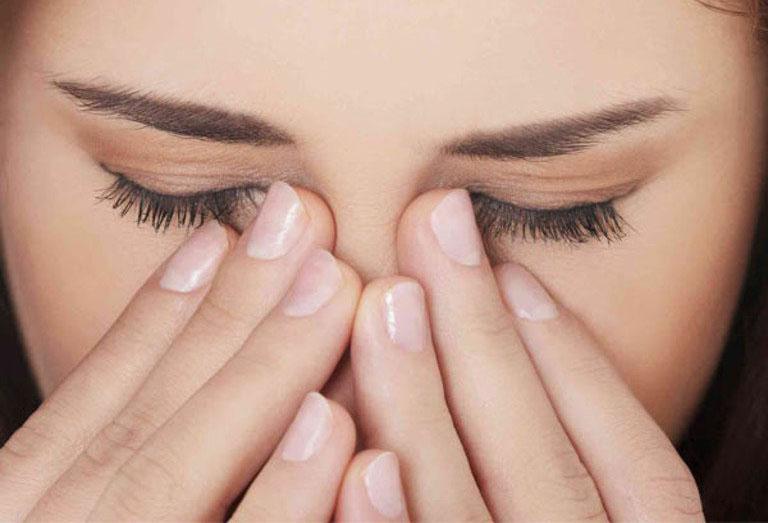 Viêm xoang bướm gây ra các cơn đau nhức dữ dội ở hai bên hốc mắt và làm suy giảm thị lực của người bệnh