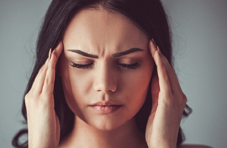 Viêm xoang hàm biến chứng đến xương sẽ gây ra các cơn đau nhức tại thái dương và đỉnh đầu ở mức nghiêm trọng