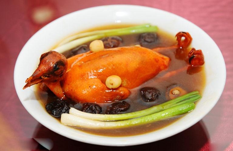 Bồi bổ cơ thể và hỗ trợ điều trị viêm xoang bằng món bồ câu hầm thuốc bắc