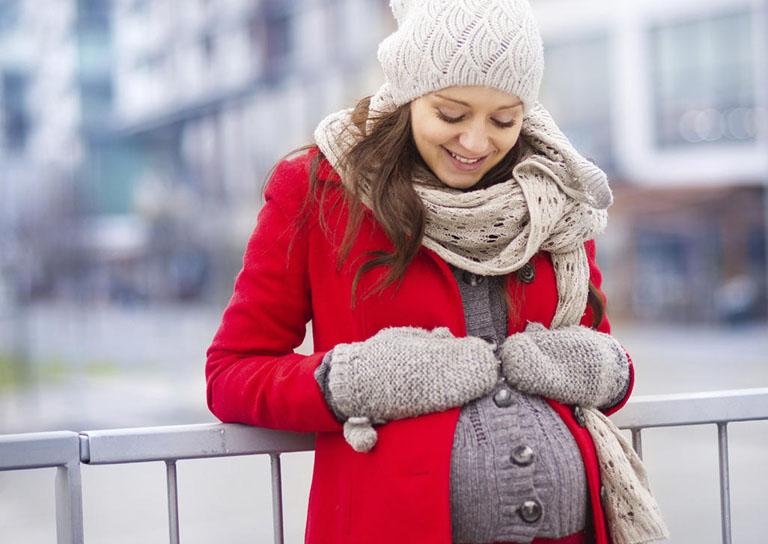 Mẹ bầu cần giữ ấm cơ thể, đặc biệt là hệ hô hấp vào những ngày trời lạnh