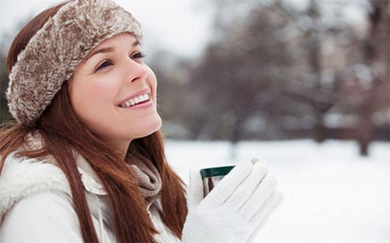 Giữ ấm cơ thể vào những ngày trời lạnh giúp phòng ngừa tái phát bệnh viêm xoang dị ứng thời tiết