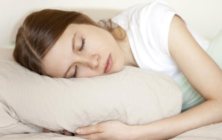 Mẹ bầu nên kê cao gối đi ngủ để tránh tình trạng triệu chứng của bệnh trở nặng về đêm và ảnh hưởng đến giấc ngủ