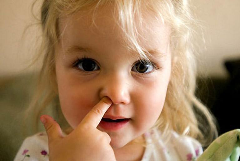 Không cho trẻ dùng tay chọc ngoáy vào mũi để tránh gây tổn thương đến niêm mạc mũi